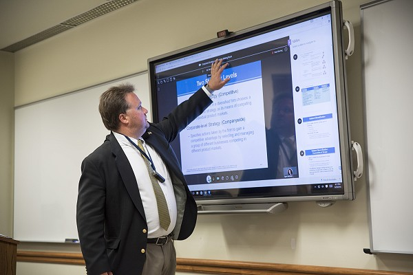 Lakeland Instructor utilizing BlendEd live technology in classroom.